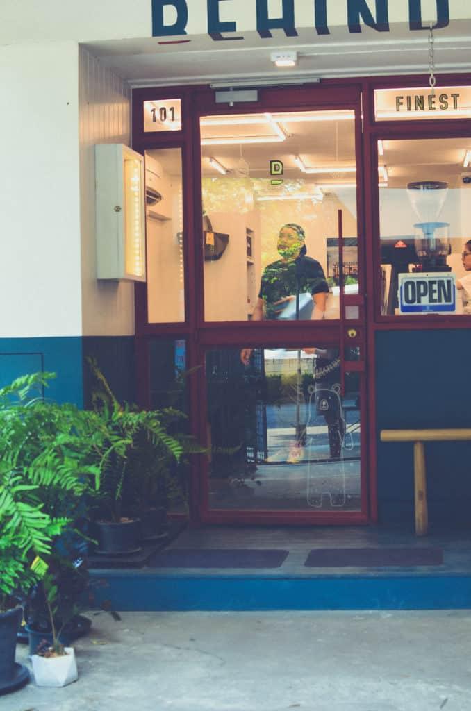 ประตู behind the bar